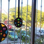 Arte navideño en ventanas con papeles de colores