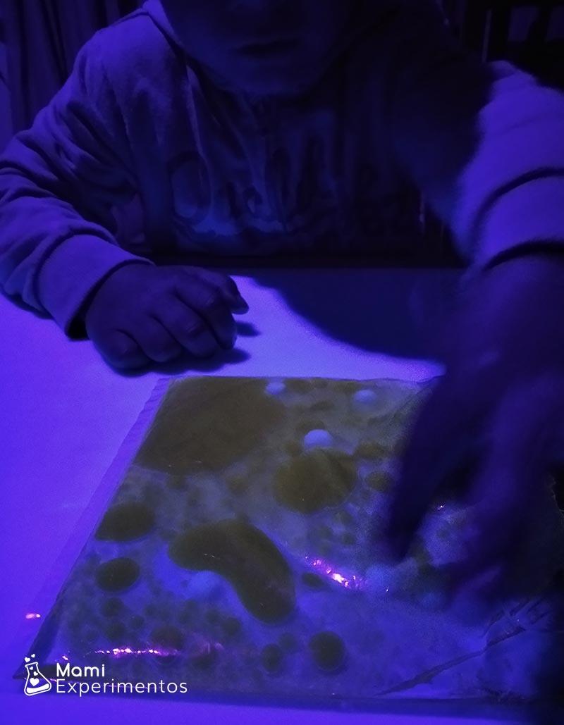 Bolsa sensorial con aceite y agua para jugar con luz negra o ultravioleta