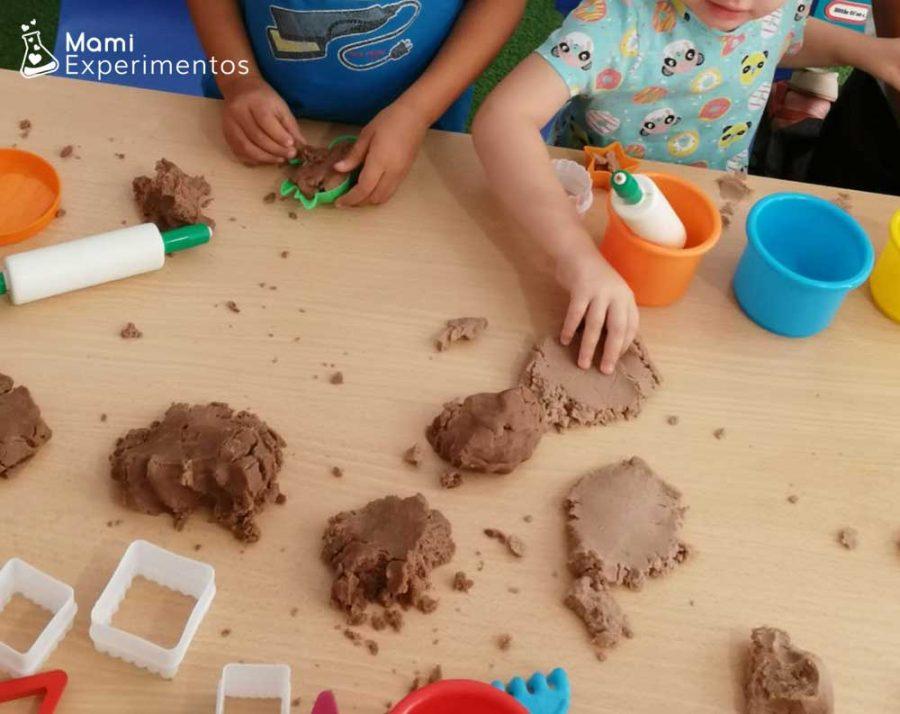 Jugar con pintura no tóxica hecha de chocolate