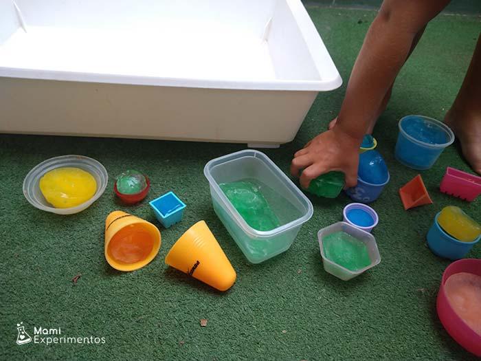 Jugar con hielos de colores en caja sensorial