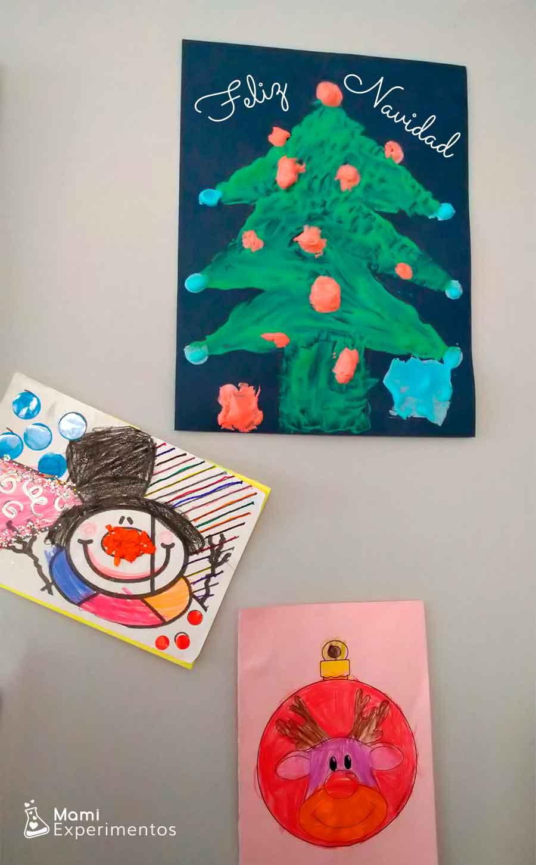 Pintura en relieve con espuma de afeitar pintando árbol de navidad decorando salón