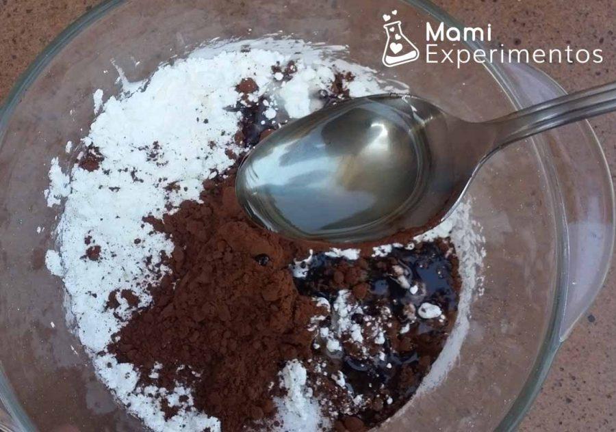 Añadir aceite para hacer plastilina de chocolate casera