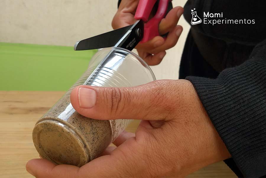 Abriendo vaso para sacar roca sedimentaria hechao de arena y guijarros