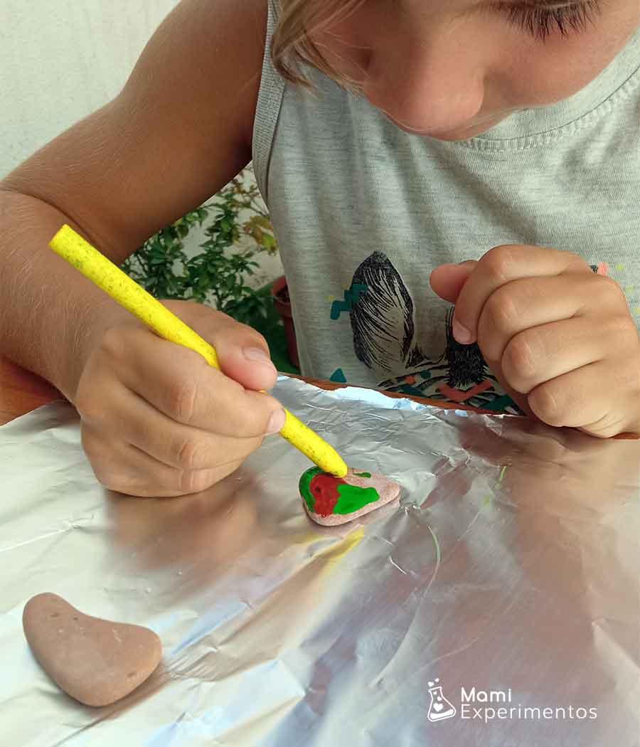Actividad artística con piedras calientes y ceras