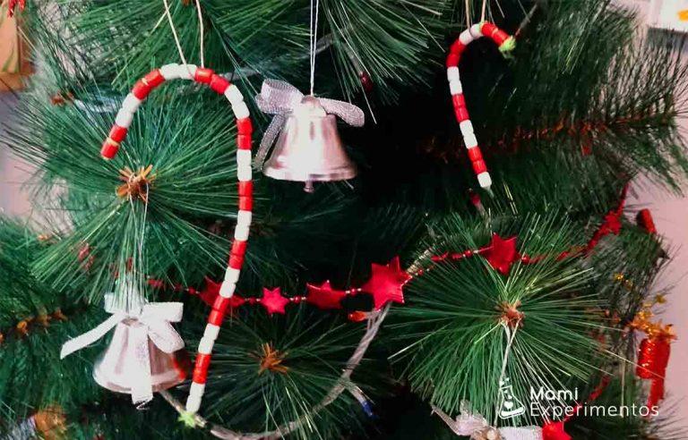 Bastón decorativo hecho con cuentas para árbol de navidad