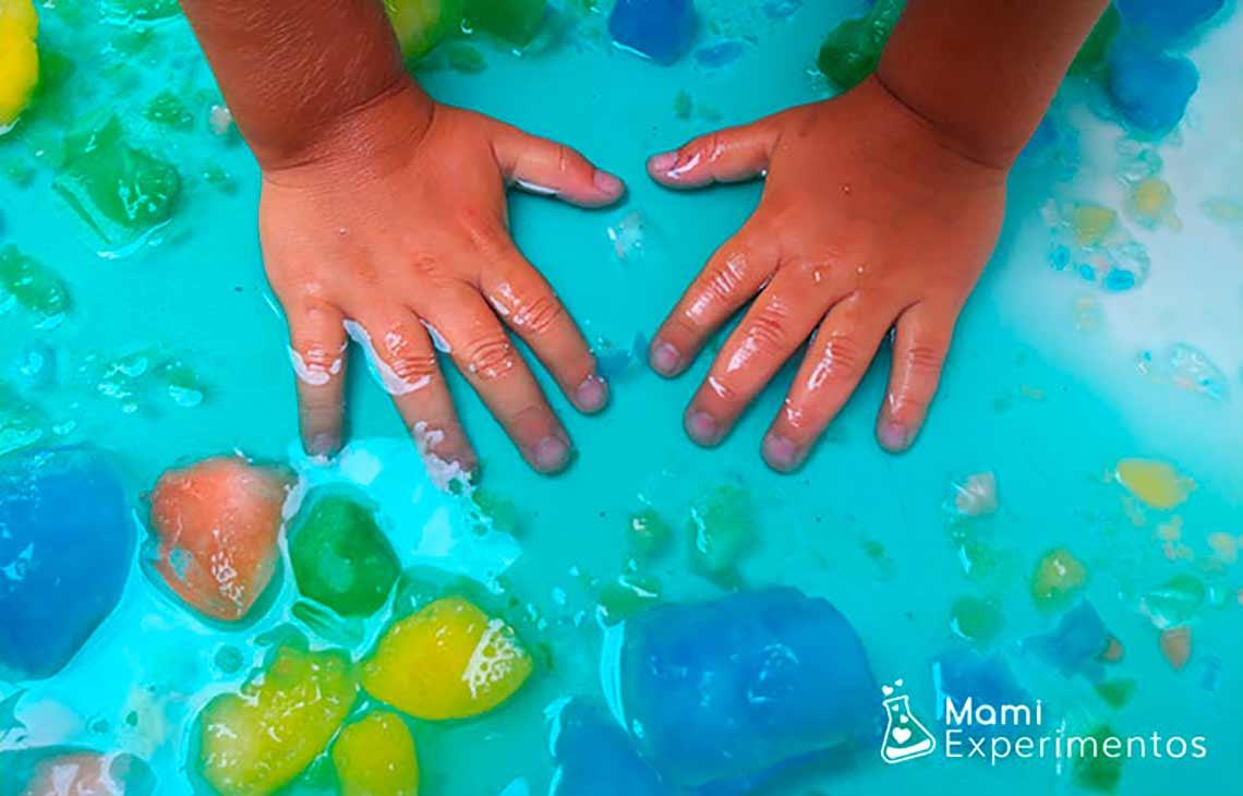 Jugar con hielos de colores