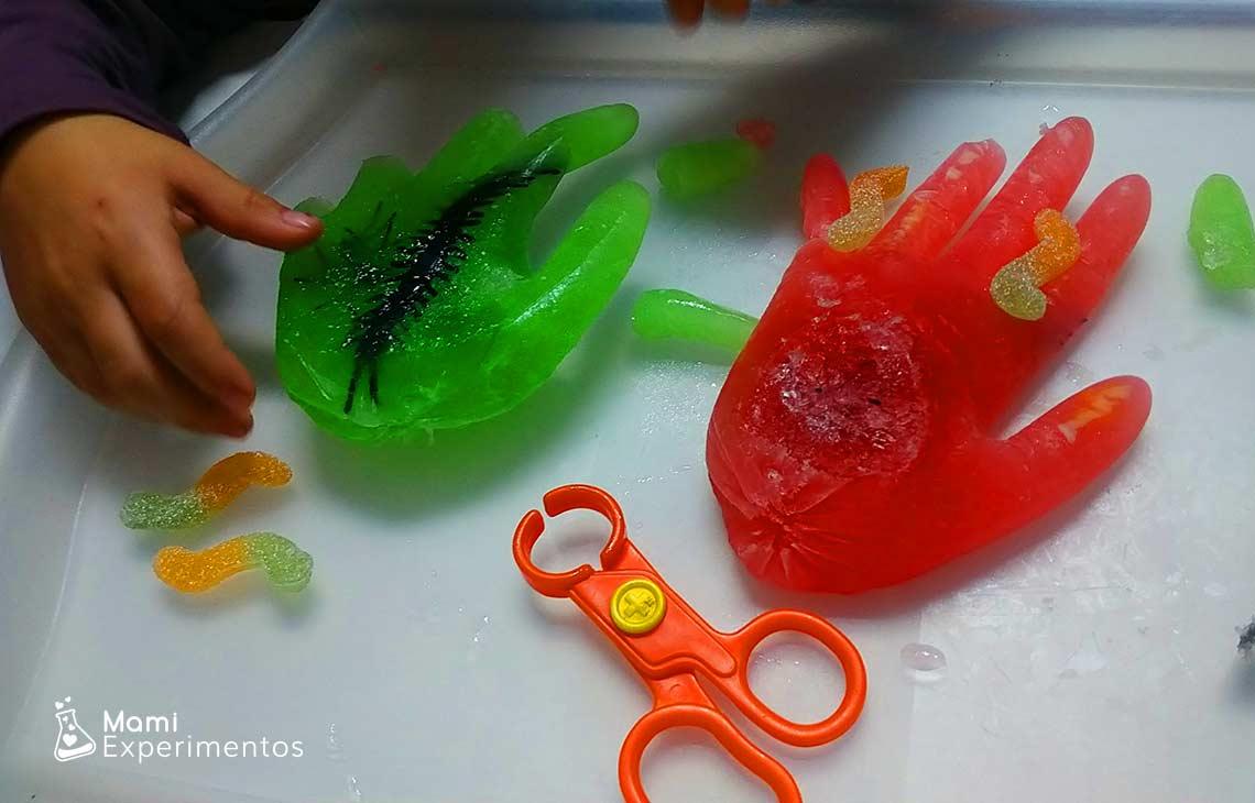 Actividad sensorial manos de zombies de halloween