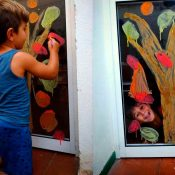 Arte otoñal con pintura casera para ventanas