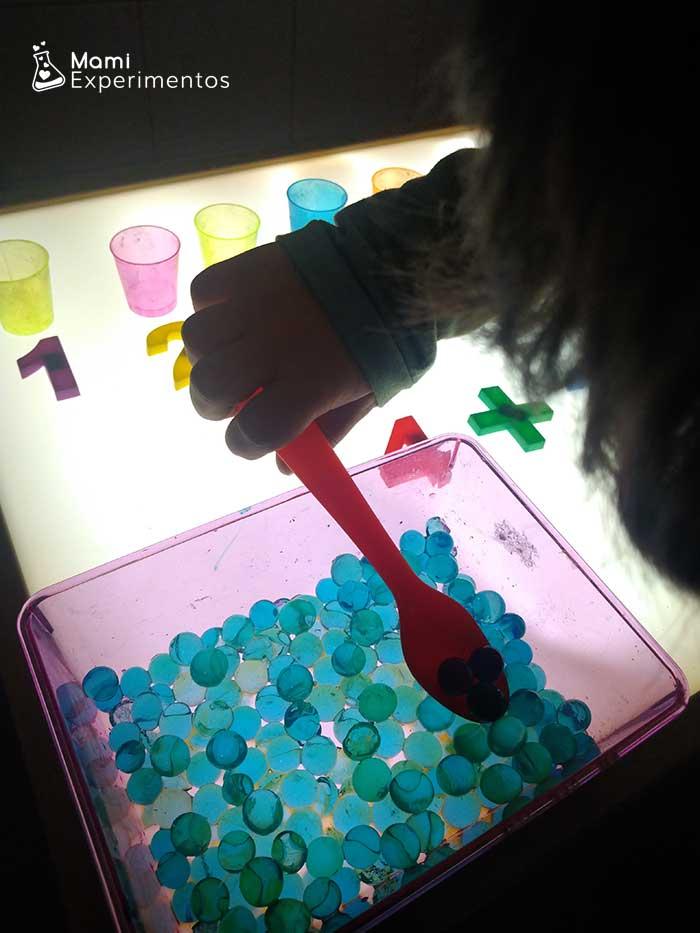agrupando bolas hidrogel en mesa de luz