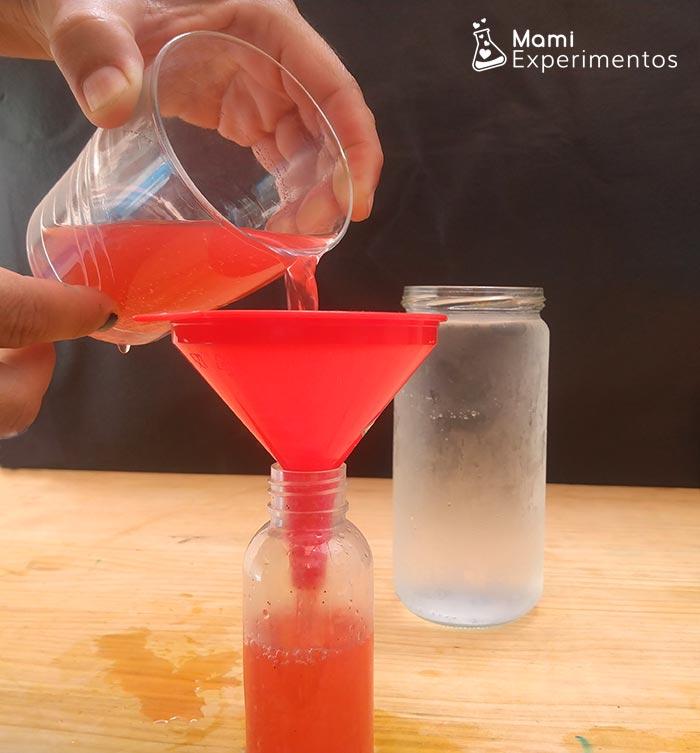 Agua caliente tintada de color rojo