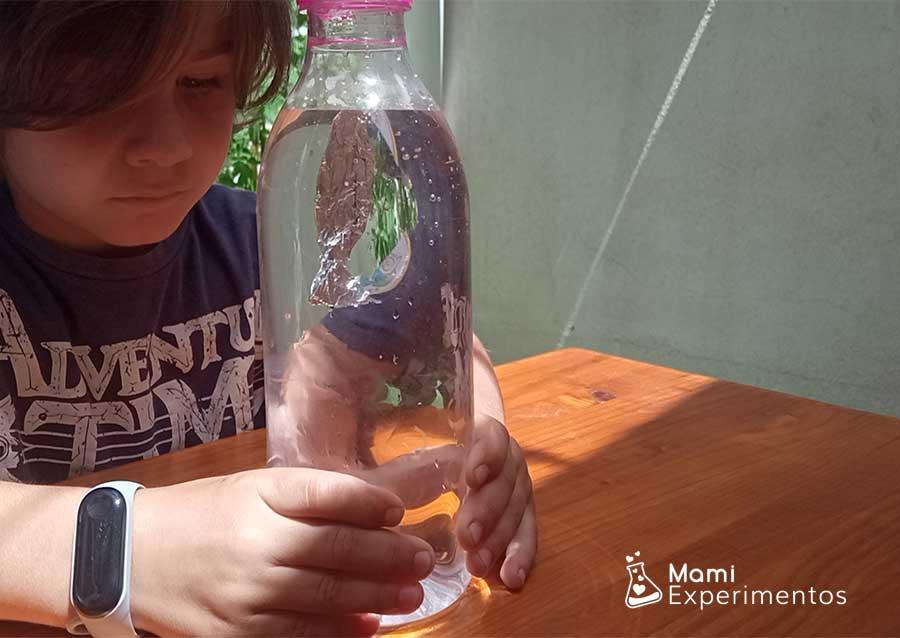 Aprendiendo sobre flotabilidad y presión pez que sube y baja