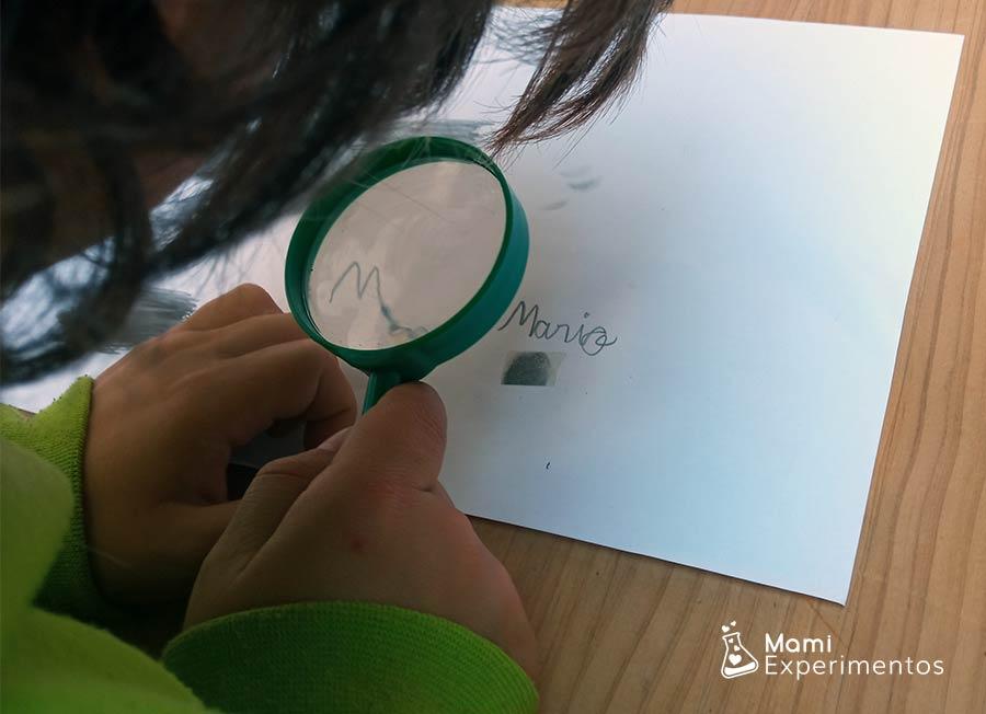 Aprendo sobre huellas dactilares mirando con la lupa