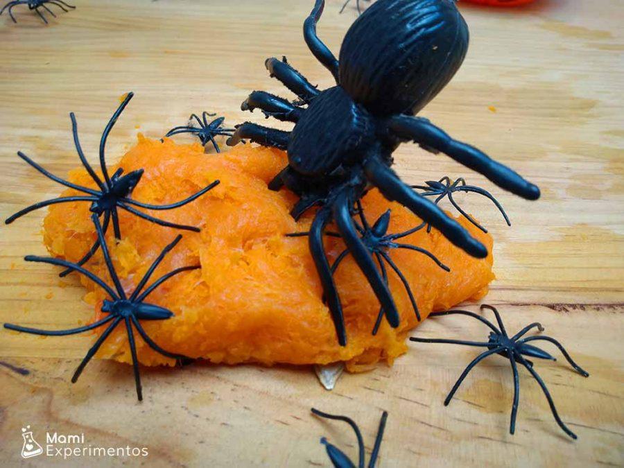 arañas en el slime casero de calabaza de halloween