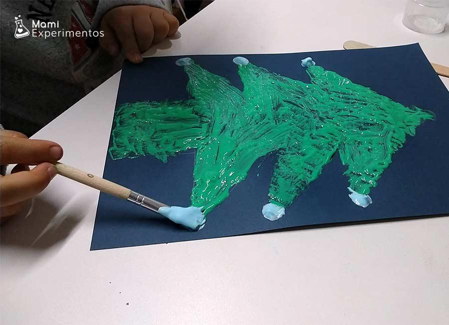 Árbol de navidad con pintura en relieve de espuma de afeitar