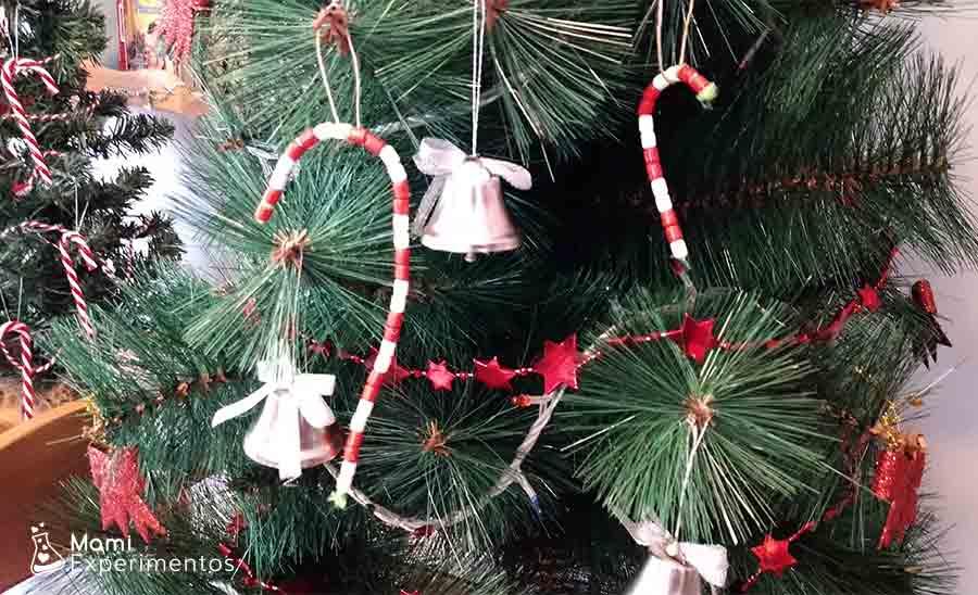 Árbol de navidad decorado con bastones hechos con cuentas