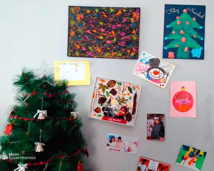 Árbol de navidad en relieve decorando salón