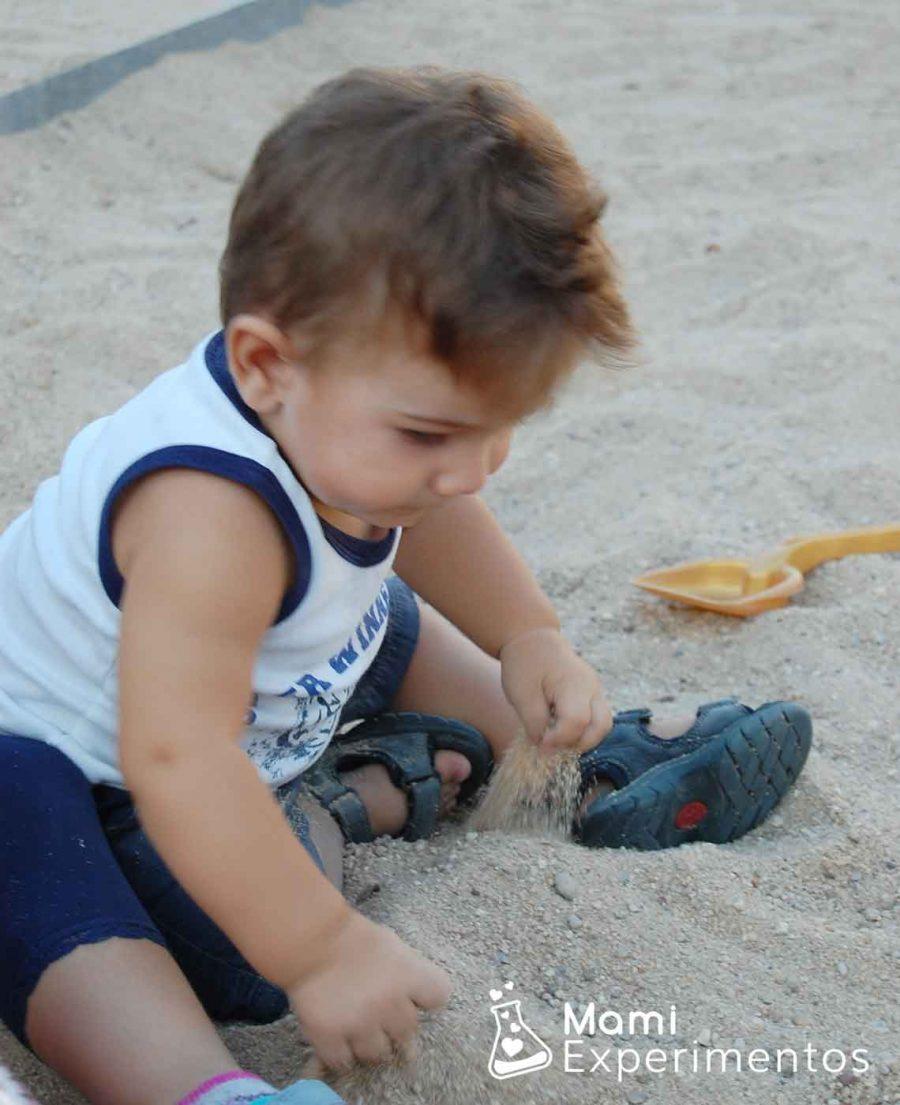 Jugando con la arena del parque