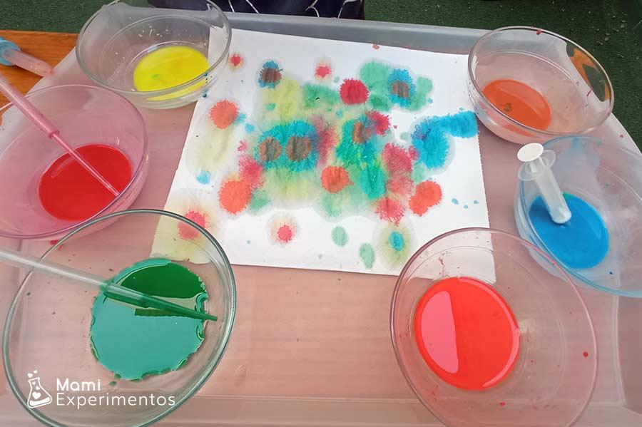 Arte colorido con acuarelas líquidas y papel de cocina