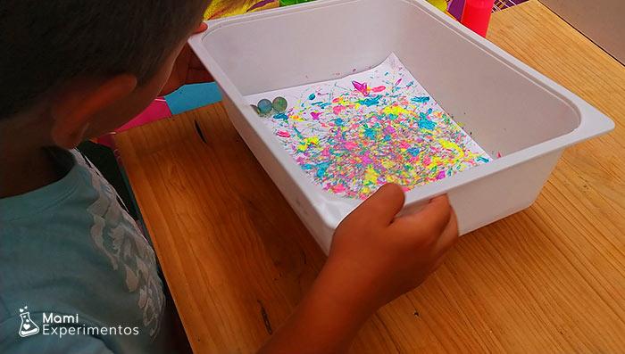 Arte con canicas y pintura