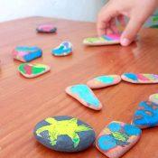 Arte con ceras de colores derretidas en piedras calientes