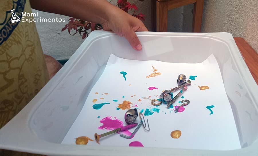 Arte con imanes tornillos y cascabeles