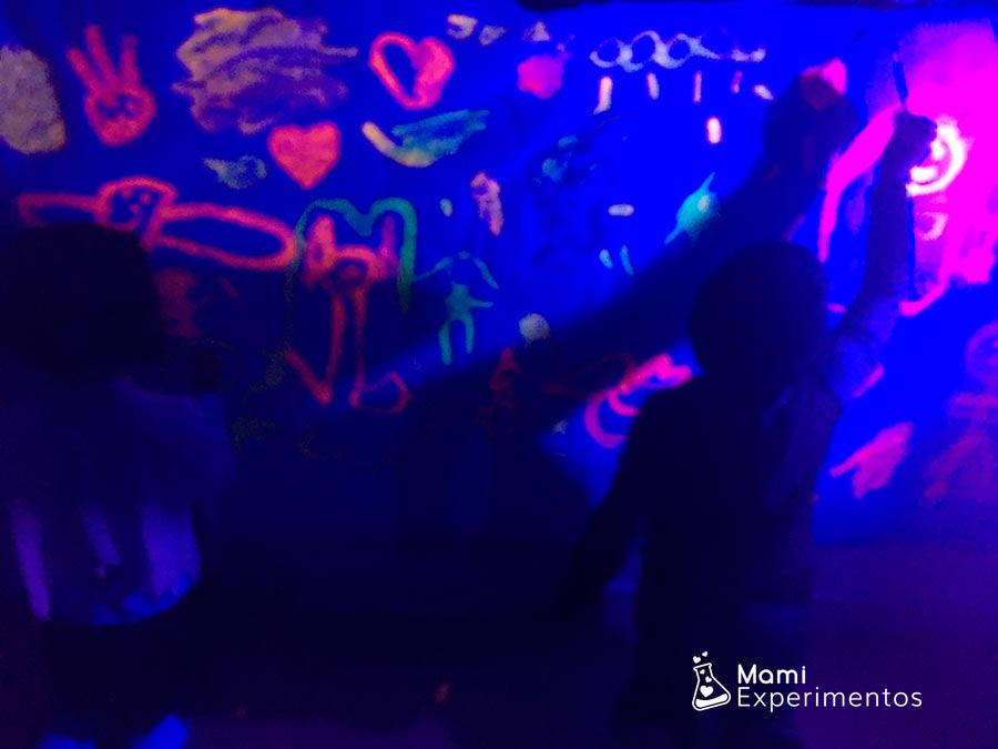 Arte con pinturas fluorescentes taller halloween
