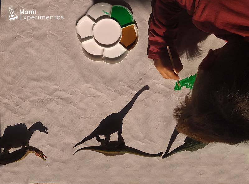 Arte con sombras dibujando dinosaurios