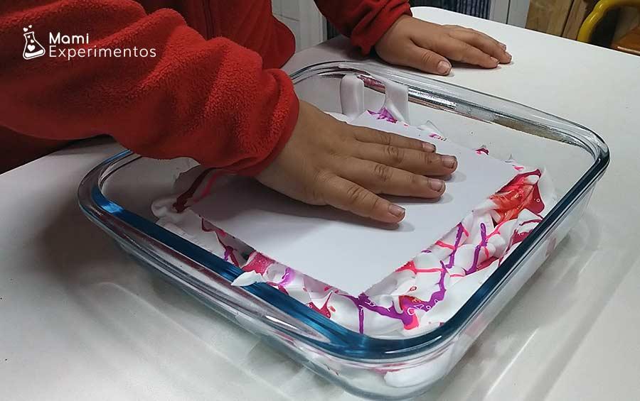 Arte creativo con espuma de afeitar pintando cartulinas
