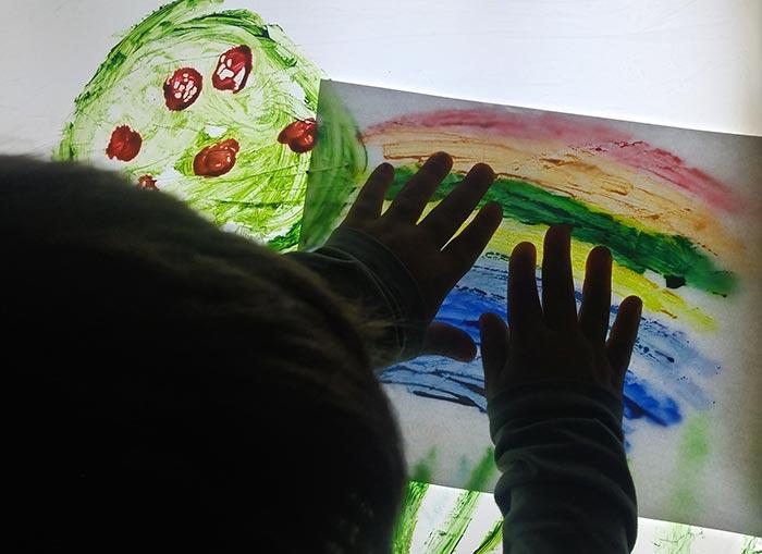 Creando arte en mesa de luz estampando arco iris