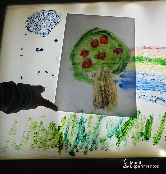 Arte en mesa de luz estampando manzano