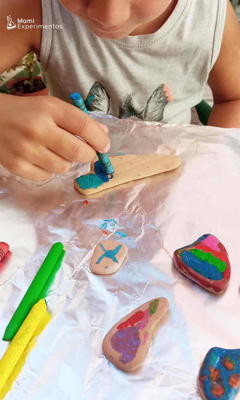 Arte en piedras calientes con ceras de colores