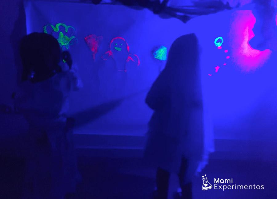 Arte monstruoso con luz negra taller halloween
