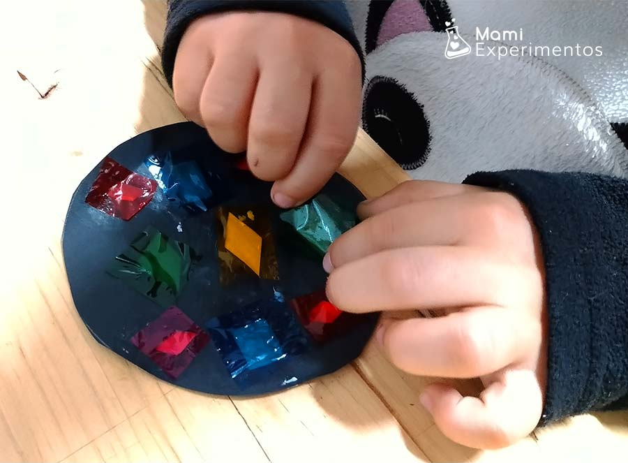 Arte navideño con bolas de colores en ventanas