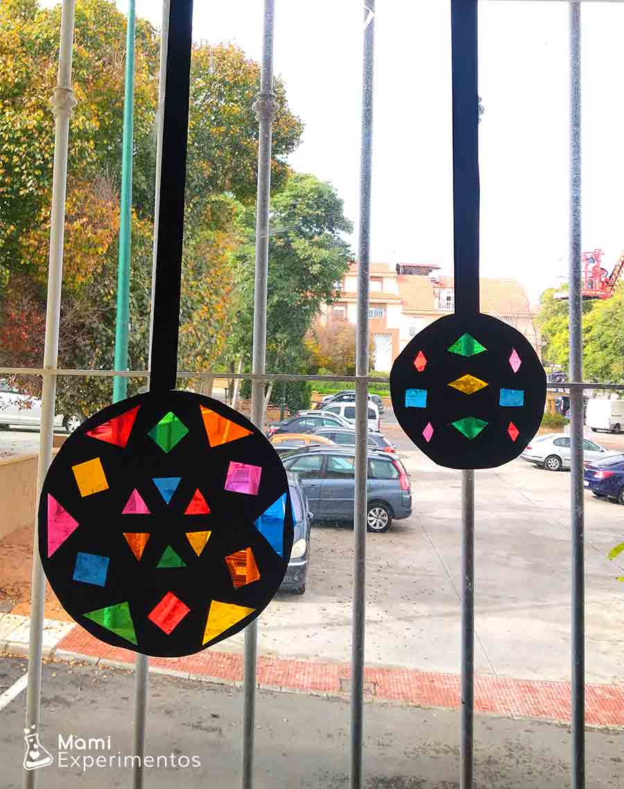 Arte vidriera navideña en ventanas