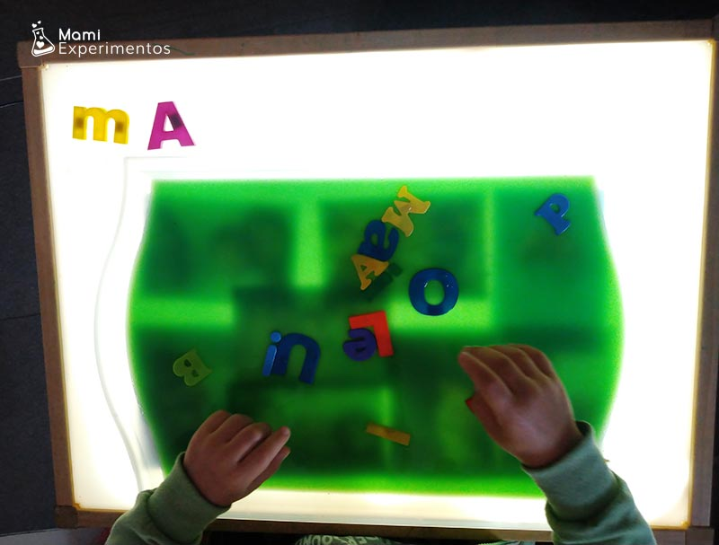 bandeja sensorial de letras para dia de las familias
