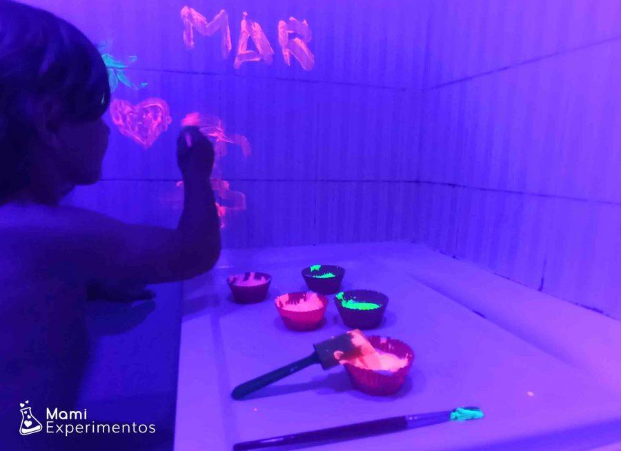 Baño sensorial disfrutando de luz negra y pinturas fluorescentes