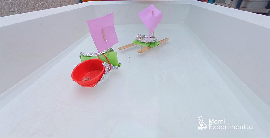 Barcos reciclados navegando y flotando