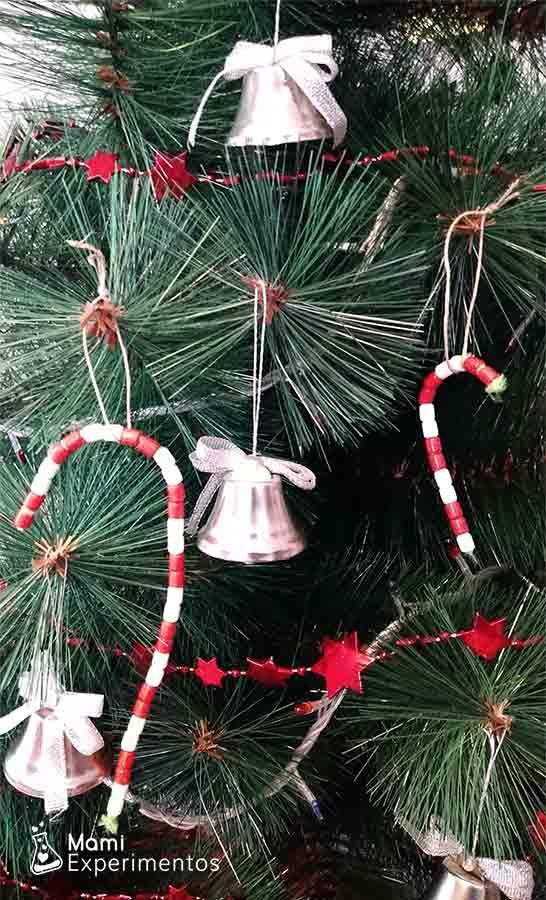 Bastones decorativos de cuentas en árbol de navidad