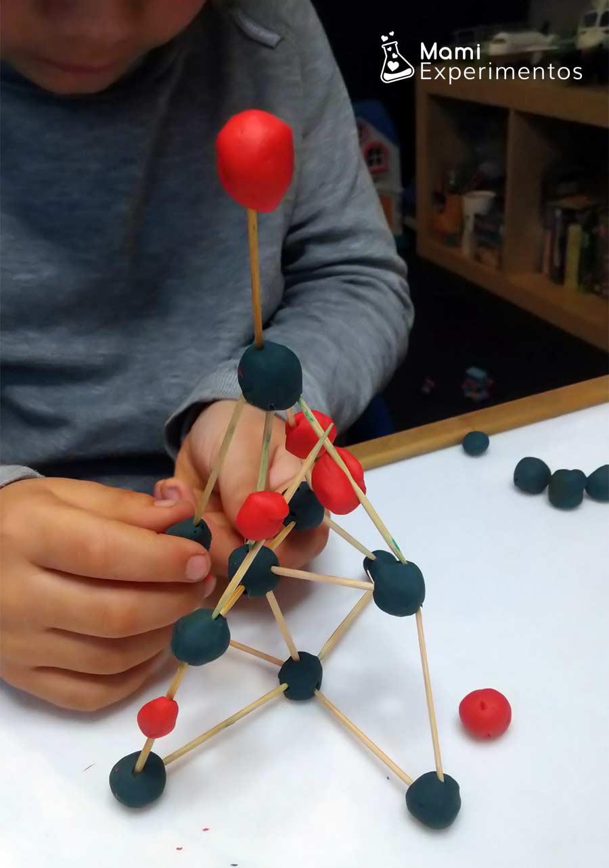 Bolas de plastilina y palillos para hacer estructuras