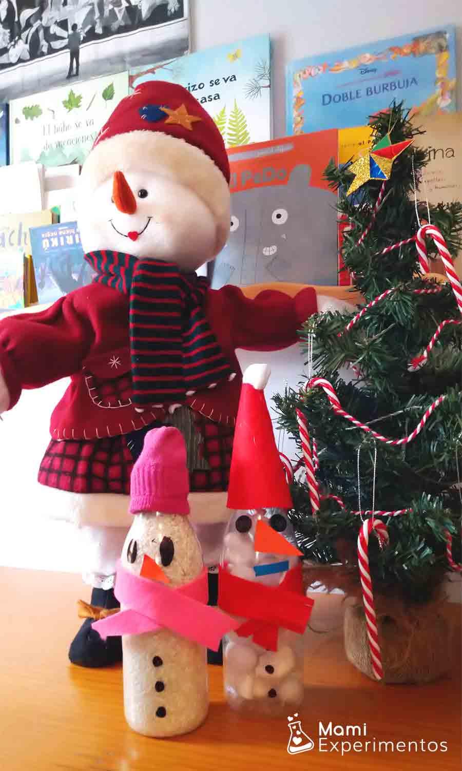 Botellas sensoriales de muñecos de nieve decorando el salón