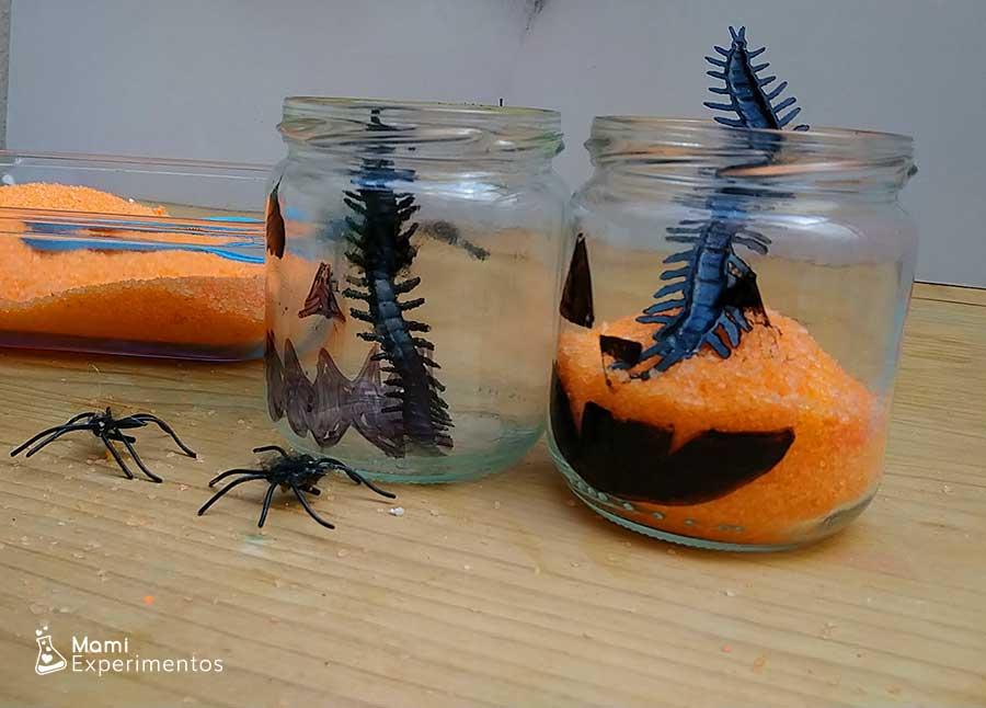 Botes llenos de sal naranja y bichos decorativos calabazas halloween