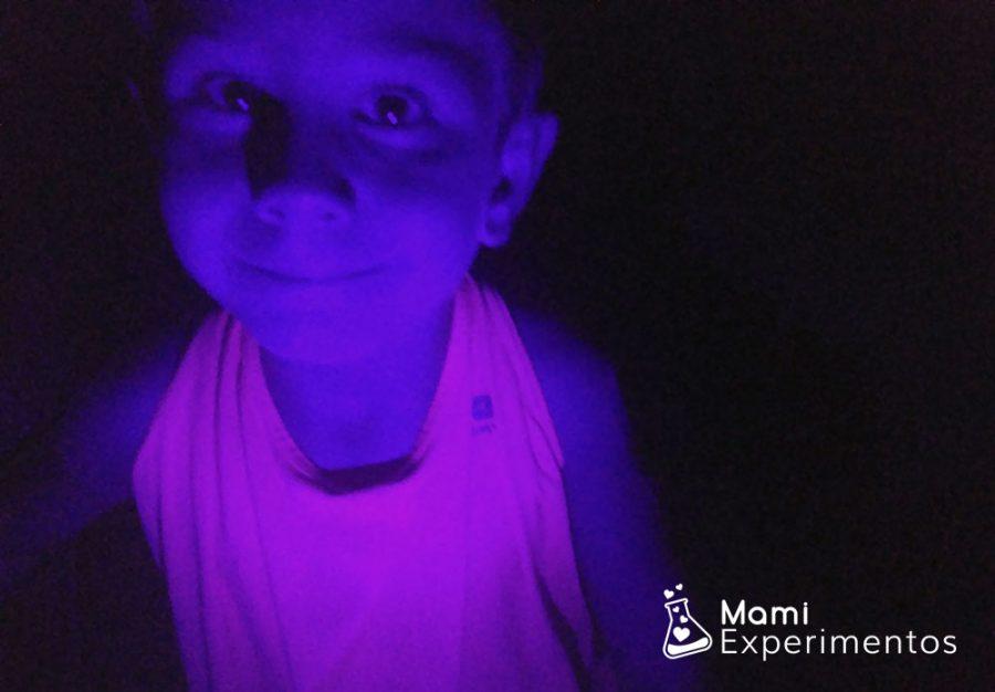 Camiseta fluorescente que brillla con luz negra o ultravioleta