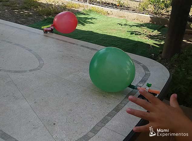 carrera de coches propulsados por globos