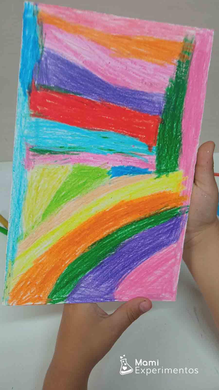 Cartulina blanca decorada con ceras de colores creación artística en el día de las familias