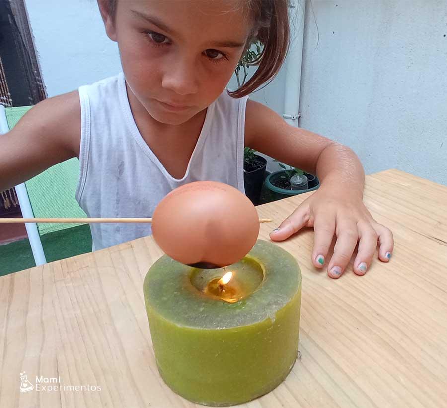Cáscara de huevo poniéndose negro por llama experimento huevo plateado