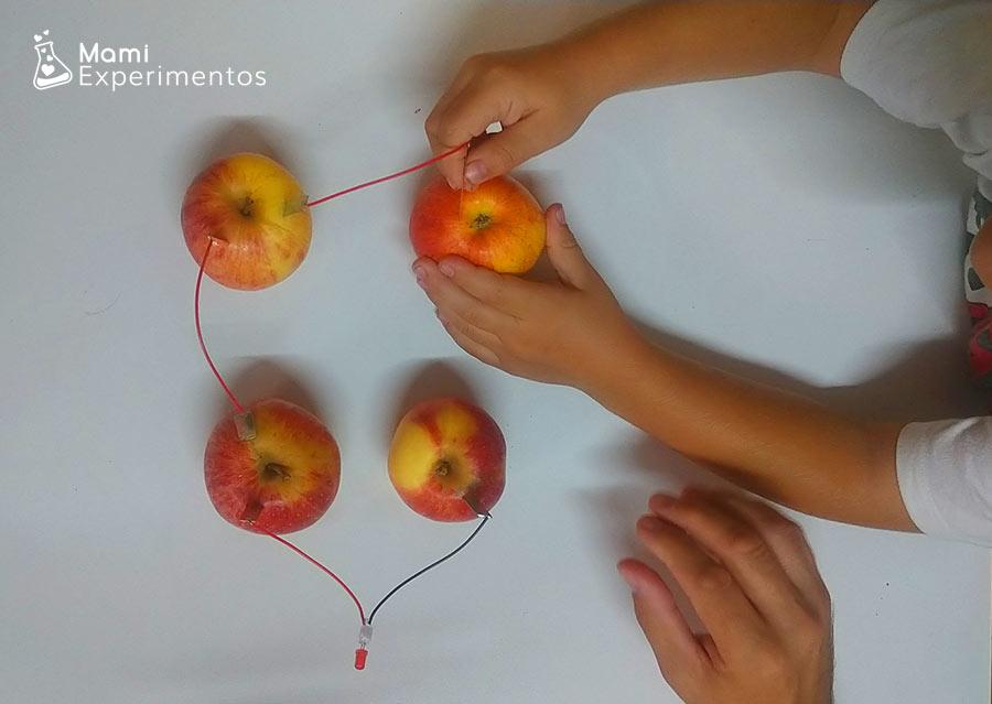 Circuito electrico con manzanas de otoño