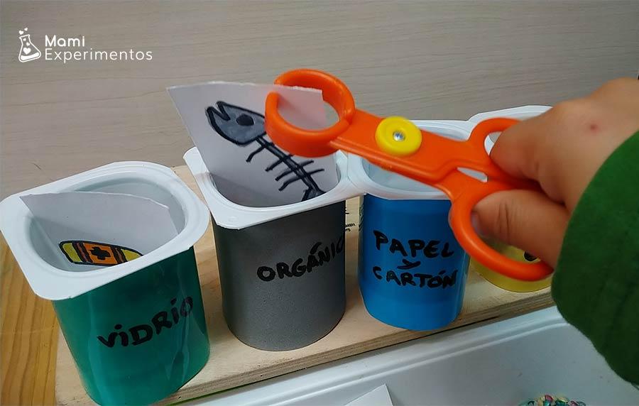 Clasificando con pina contenederos basuras trabajando reciclaje dia de la Tierra