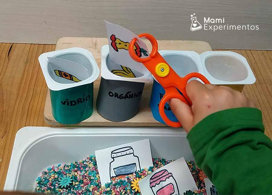 Clasificando en diferentes contenedores de basura juego sobre reciclaje especial día de la Tierra