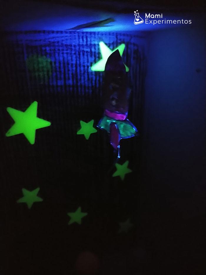 Clip cohete atraido fuerza gravitatoria con imanes y luz negra