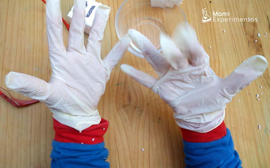 Colocando guantes para experimento fantasmas que desaparecen con acetona
